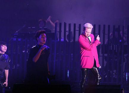 g-dragon_jackie_chan_concert_F06